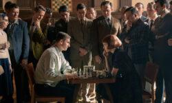 Скотт Фрэнк возвращает сексуальность шахматам «Ходом королевы»